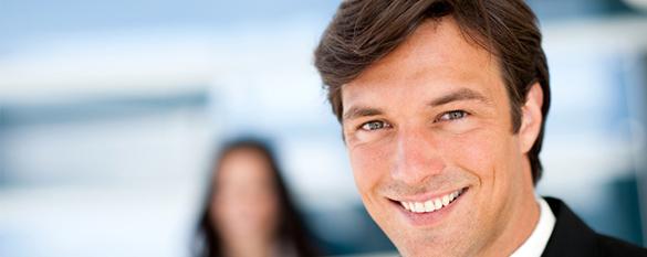 Das Bild zeigt einen lächelnden Jungen Mann
