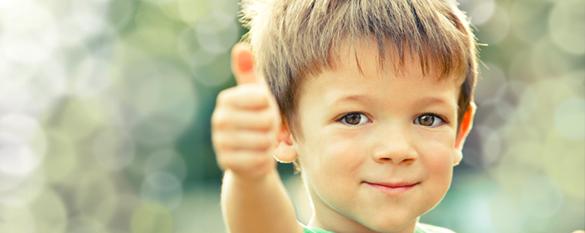 Das Bild zeigt einen Jungen mit den Daumen nach oben